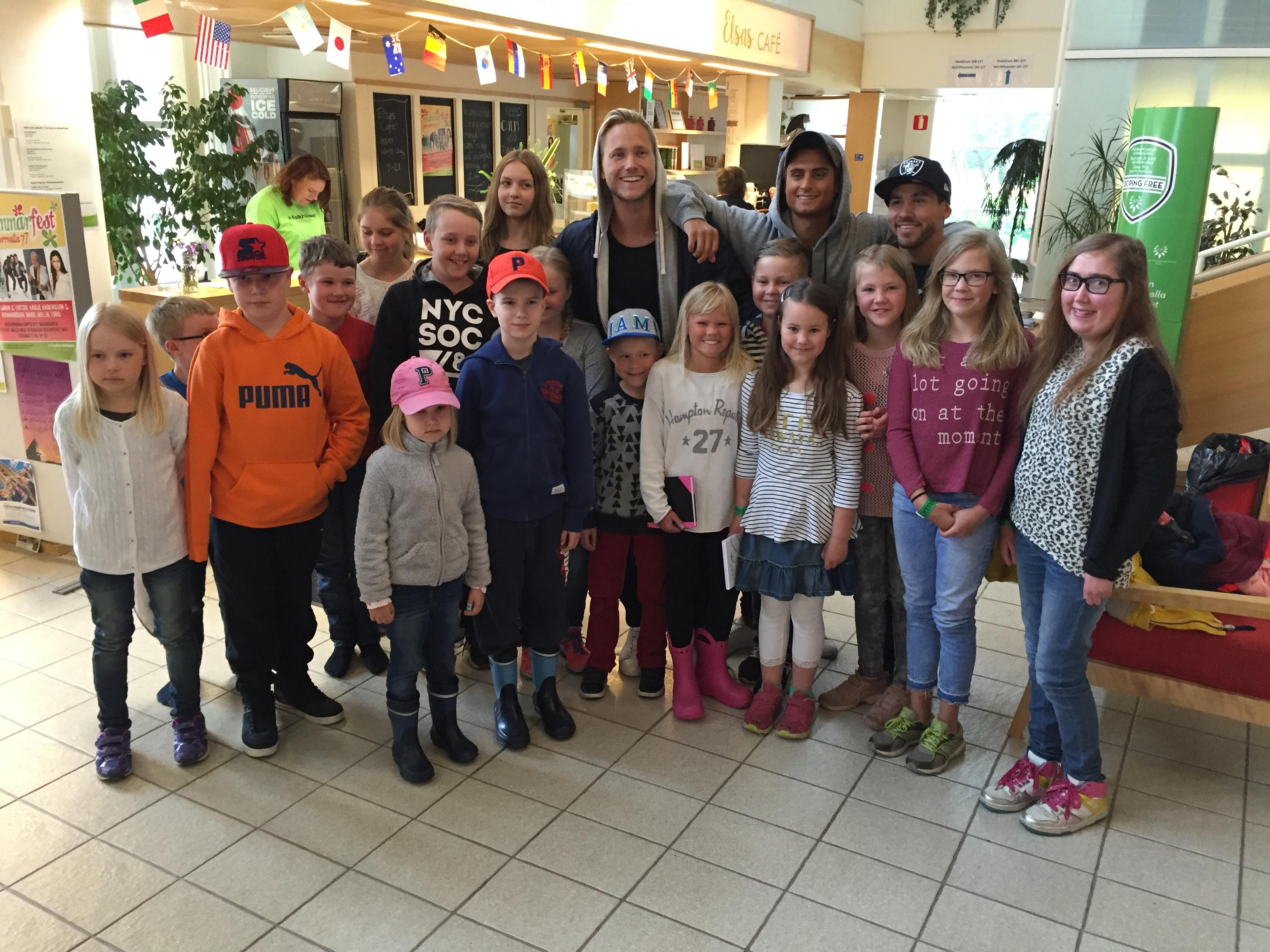 """331553f7e41e Vi passade också på att ta en fin """"groupie"""" tillsammans med alla barnen och  Samir & Viktor. Samir & Viktor var så otroligt positiva och snälla och såg  till ..."""